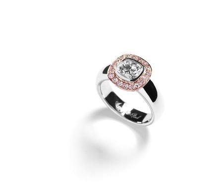 Diamantring med cushion-cut diamant omkranset af Argyle pink diamanter