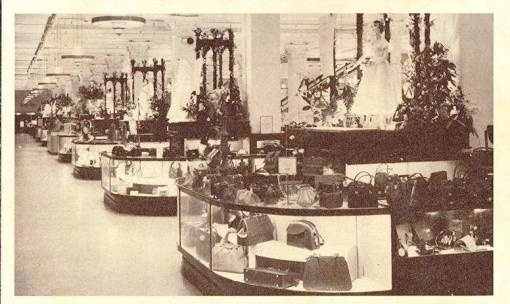 POSTCARD – TORONTO – SIMPSON'S DEPARTMENT STORE – COUNTERS WITH WOMEN'S PURSES – 1950s