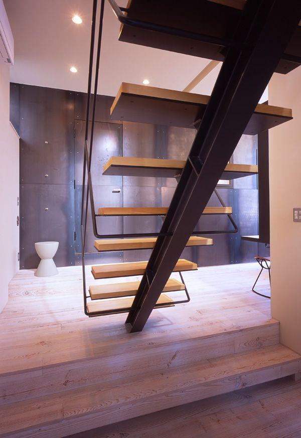 一本の鉄骨で支える階段