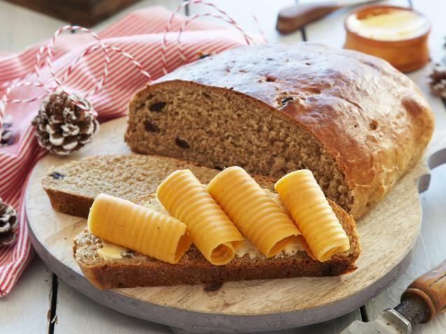 (2 kaker) ◗ 50 g smør◗ 1 dl sirup◗ 30 g brunt sukker◗ 1 flaske (33cl) vørterøl◗ 2 dl melk◗ 1 pk. (50 g) gjær◗ 300 g rugmel, fint◗ Ca. 500 g hvetemel◗ 1 ts salt◗ 1 ts nellik◗ ½ ts allehånde◗ ½ ts pepper, malt◗ 50 g rosiner 1. Smelt smøret og rør inn sirup og sukker. Tilsett øl og melk og rør gjæren ut i lunken væske. Bland alt det tørre, men hold av litt mel til å justere deigen med. Rør alt til en god deig og ha i så mye hvetemel at deigen blir jevn og «slipper bollen» under eltingen.