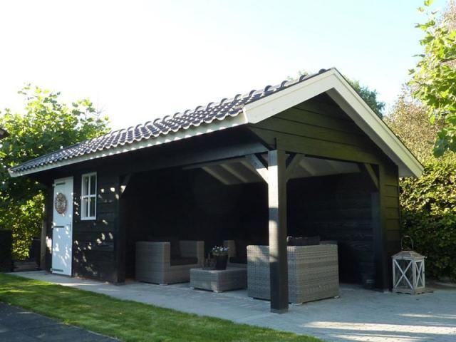 1. Overdekt loungegedeelte met schuur van zwart grenen 21m2