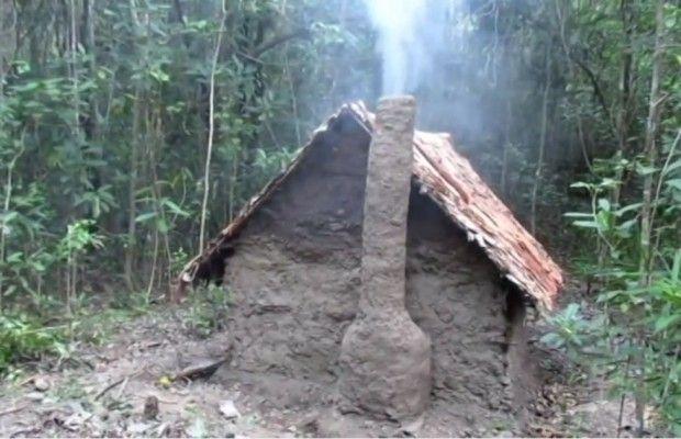 Sans outil il fabrique une incroyable maison en Torchis en plein cœur d'une foret Australienne