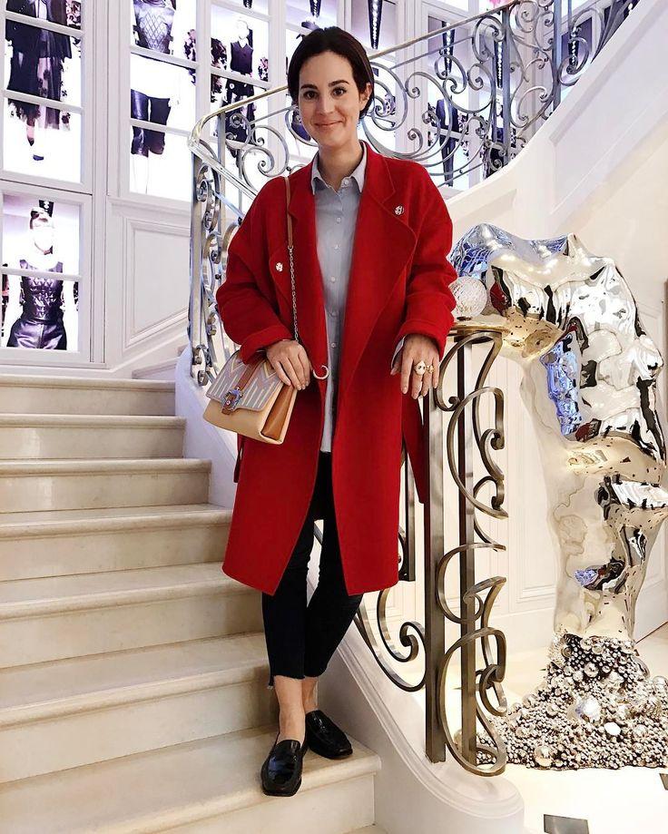 A red coat kind of Saturday ❤ aquele momento que você percebe que esqueceu a foto do look do MFW e posa na escadaria da Dior {casaco @pinkoofficial jeans @motherdenim camisa @topshop bolsa @pcademartori mocassim @tods aneis @alinaabegg} Vic Ceridono | Dia de Beauté
