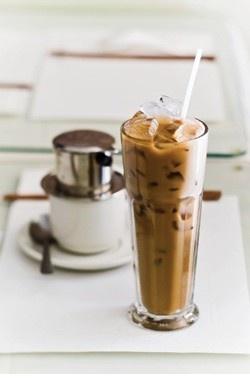 Если вы закажете кофе во Вьетнаме, вам принесут чашку с фильтром Phin ca fe, из которого медленно капает кофе. Рядом ставят большую кружку зеленого чая со льдом. Рядом – термос с кипятком. Розетку с сахаром. Могут и стакан со льдом принести. Вы сидите, потягиваете зеленый чай, слушаете птичек, ждете накопления кофейных капель. Когда весь кофе накапливается в чашке, фильтр можно убрать и развести кофе горячей водой, положили сахара по настроению или сгущенки. Готово!