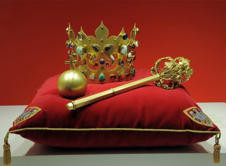 """Na ekrany kin trafił nowy film J. Machulskiego - """"Volta"""". Jeden z jego głównych wątków obraca się wokół korony Kazimierza Wielkiego. Oryginalną koronę należącą do tego władcy, pochowano, wraz z jego ciałem, w grobowcu w Katedrze Wawelskiej. W roku 1869 grobowiec otwarto, a Jan Matejko wykonał rysunki królewskich regaliów. Zaraz potem ponownie złożono je w grobowcu, gdzie spoczywają do dziś. Kopie korony i innych regaliów znalezionych przy tym władcy, znajdują się obecnie w skarbcu…"""