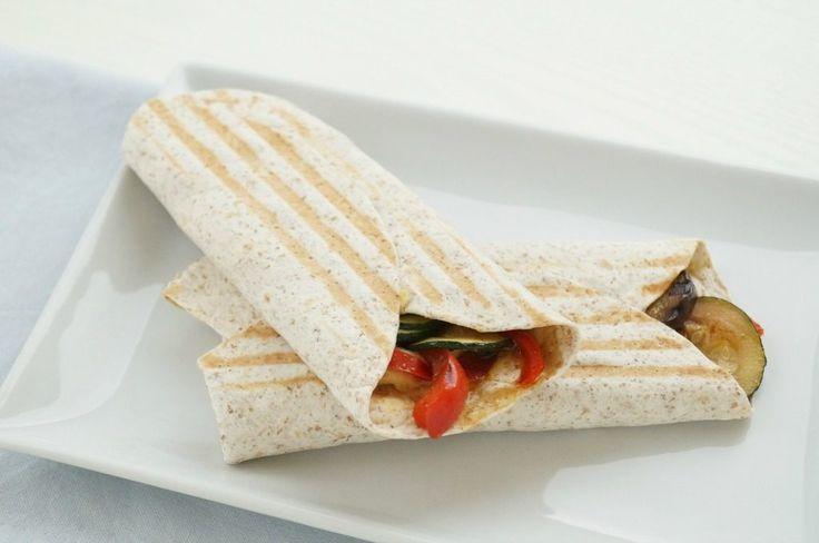 gezonde vegetarische lunch | volkoren wrap met hummus en gestoofde Mediteranne groenten