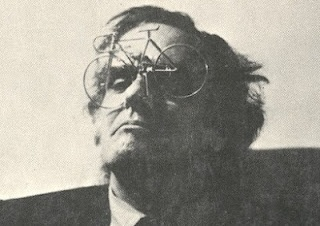 The poetry of Alexandre O'Neill (1924 - 1986) combines an avant-garde approach (experiences close to surrealism and concreteness) with the influence of literary tradition. His texts reflect an intense satire to Portugal, destroying the image of a heroic proletariat created by the neo-realism, which juxtaposes the narrow life, the pain of everyday life, seen but without dramatics, ironically, alternating between the realization of the absurdity of life and humour as the only way to oppose it.