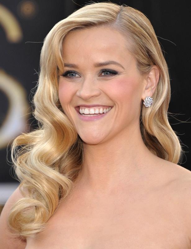 OSCARS 2013. Reese Witherspoon lució una melena suelta con ondas y un maquillaje muy natural.