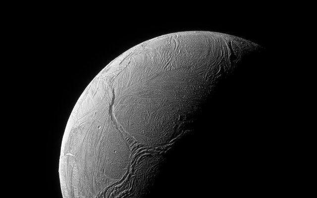 La sonda Cassini ha fotografato enormi fratture che mostrano l'attività geologica sulla superficie di Encelado La sonda spaziale Cassini ha scattato una fotografia che mostra un enorme sistema di fratture che hanno una forma simile a una lettera Y sulla superficie Encelado, una luna di Saturno. #missionispaziali #nasa #cassini
