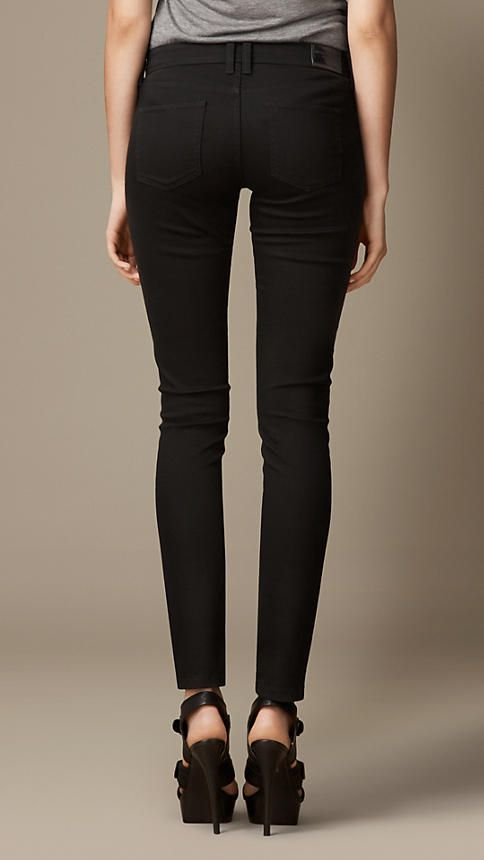 Burberry - Eng geschnittene Jeans in Tiefschwarz mit niedriger Leibhöhe (Schwarz) - 195,00 €