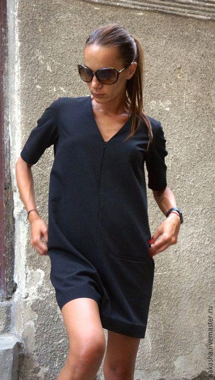 Купить или заказать Комбинезон Zipper Black в интернет-магазине на Ярмарке Мастеров. Этот черный, свободный комбинезон должен быть в гардеробе в этом сезоне. V-образным вырезом, застежкой-молнией спереди и боковыми карманами Настолько удобный и легкий, выглядит стильно ,свободный стиль придаст вам шик Носить можно с кедами кроссовками поверх можно одеть кардиган или куртку или все что вы пожелаете Возможные цвета: Черный Красный Темно-серый Светло-серый…