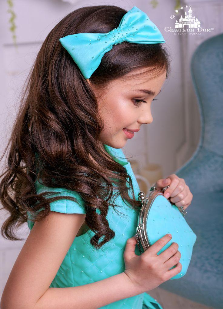 Это невероятно изысканное платье нежного «мятного» оттенка просто идеально для торжественных мероприятий!  Оригинальный фасон подчеркивает все достоинства фигуры, лиф «выстеган» вручную и расшит бисером. Образ завершают пышная юбка и стильная брошь в виде банта.  Прекрасным дополнением выступает обруч с бантом в тон платья, который также расшит вручную бисером. г. Днепр, проспект им. А. Поля (пр-т Кирова), 48а  +38 (056) 372-46-50   #выпускнойвсаду #платьенасвадьбу