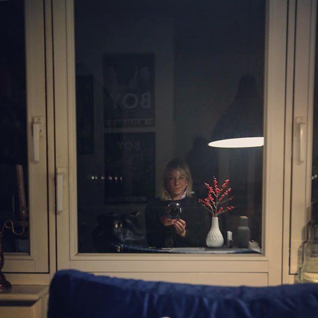 Früher Vogel...  Und natürlich Feuerwehreinsatz aufm Weg zum Bahnhof und warum ich nen weißen Punkt im Gesicht habe,weiß man auch nicht so genau.Vielleicht Erleuchtung - Wäre mal etwas  #berlincalling #deco #decor #decoration #details #dotd #fail #grumpyjenny #gutenmorgen #Hamburg #hh #igershamburg #igershh #ilex #interieur #interieurdesign #interieurstyling #interior #kitchen #Küche #me #morgen #selfie #sodunkeldadraußen #undkalt #window #windowselfie #windowview