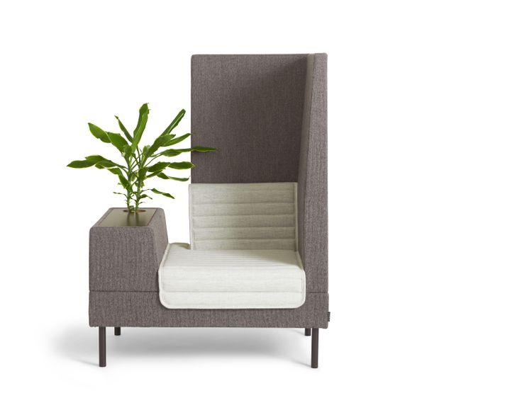 Fotel z nowej kolekcji SMALLROOM zaprojektowanej przez Ineke Hans. Skrzyneczka, zamiast podłokietnika, może służyć jako miejsce do pracy, do przechowywania albo miejsce na kwiat. Konstrukcja drewniana, siedzisko i oparcie wypełnione pianką. Dostępny w tkaninie lub skórze, nóżki chromowane lub lakierowane na kolor. 134/101/72. 10.100zł, OFFECT
