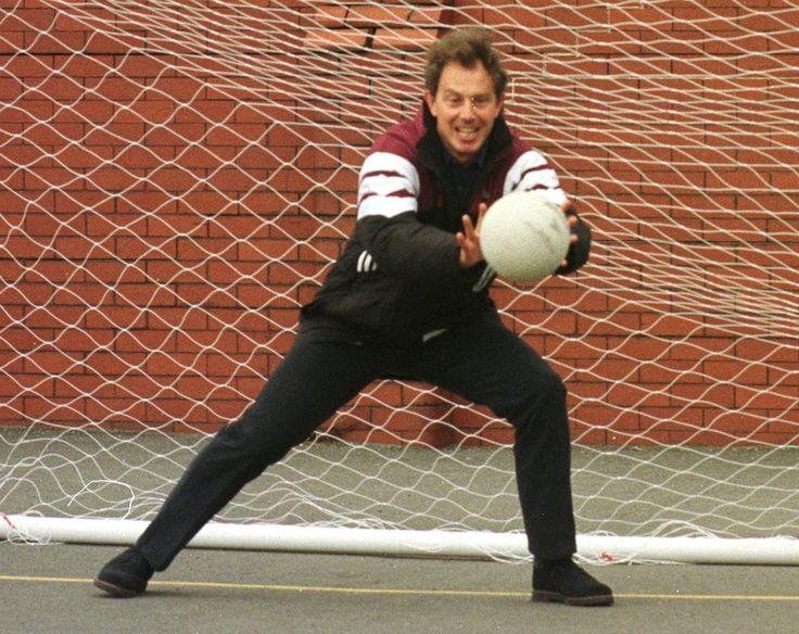 Politici e palloni: L'allora leader del partito laburista britannico Tony Blair, gioca a calcio durante una pausa della convention del partito, a Blackpool, 3 ottobre 1996 - Il Post