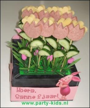 kaas worst bloemen~uitsteken met koekjes stekers, niet te dikke plakken kaas of worst voor de kleintjes.