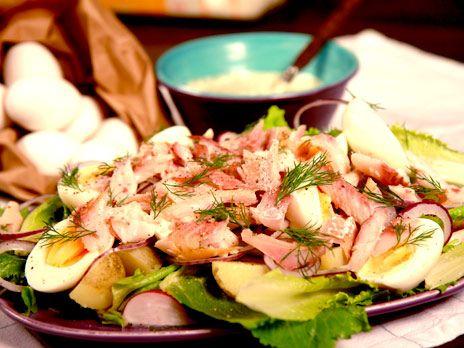 Sommarsallad med varmrökt fisk | Recept.nu