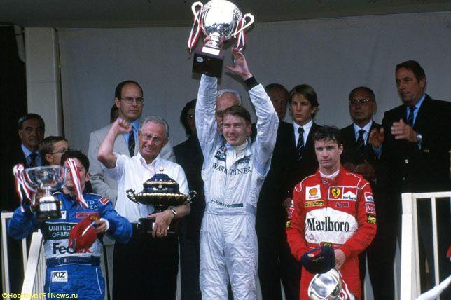 Джанкарло Физикелла, Мика Хаккинен и Эдди Ирвайн на подиуме Гран При Монако, 1998 год