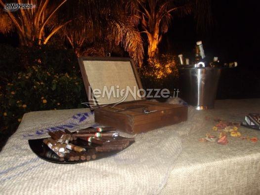 http://www.lemienozze.it/operatori-matrimonio/catering_e_torte_nuziali/servizio-catering/media/foto/9  Tavolo degustazione di sigari, cioccolato e whiskey: un'idea per il matrimonio. Per un tocco di originalità e stile al vostro matrimonio.