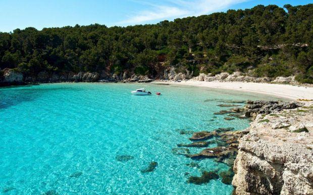 Scopri una delle spiagge più belle dell'intera costa sud minorchina, la spiaggia di Cala Escorxada, a soli 8 km da Es Migjorn Gran.
