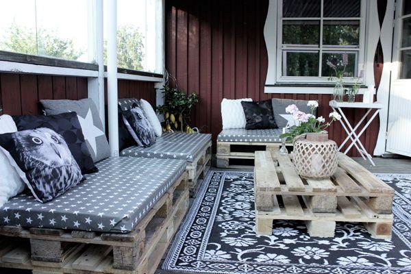 Lastpallar som soffa och bord