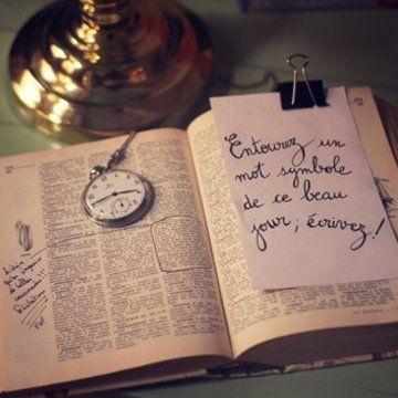 Un livre d'or-dictionnaire -  Demander aux invités de choisir un mot et le commenter, c'est cute je trouve !!!