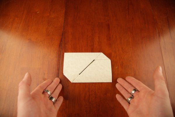 Pourquoi acheter une enveloppe quand on peut la faire soi-même ? Un timbre c'est déjà assez cher pour ne pas payer en plus une enveloppe.  Découvrez l'astuce ici : http://www.comment-economiser.fr/faire-enveloppe-avec-feuille-a4.html?utm_content=buffer37890&utm_medium=social&utm_source=pinterest.com&utm_campaign=buffer