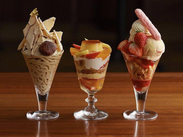 《 表参道 》見るからに華やかで贅沢な、冬のパフェ3種  冬に食べたい大人の贅沢パフェが新登場!  アントルメグラッセ専門店『グラッシェル表参道店』。  その日に作った新鮮なアイスクリームを売り切りのスタイルで提供し、北海道のミルクを中心とした厳選素材を使用。フルーツは、そのジャンルにおいてトップクラスの生産者から旬のものを毎日取り寄せているという、新鮮なものだけで作られたアイスデザートが人気のお店だ。   上品で繊細な本格アイスケーキが自慢の『グラッシェル表参道店』だが、ぜひ食べてほしいのが旬のフルーツとアイスのマリアージュが楽しめる贅沢パフェ。この冬、上質なスイーツを知っている大人のために用意した3種のパフェをご紹介!   素材へのこだわりと見た目の華やかさを追求するグラッシェルのパフェの世界を、存分に楽しんで!