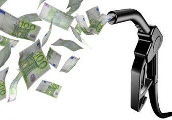 Wie Anfang des Jahres zu lesen war, lagen in 2013 die Spritpreise unter denen des Vorjahres. Ist damit der Aufwärtstrend bei den #Benzinpreisen beendet? Lesen Sie es in unserem Blog.  © remar - Fotolia.com