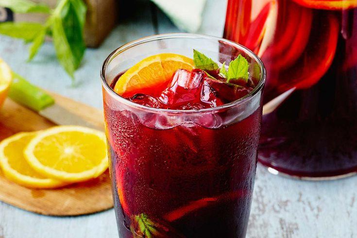 Ingredientes 1 litro de vino tinto, 1 manzana en rodajas, 1 naranja en rodajas, 1 taza de bebida gaseosa de naranja, 1/2 taza de azúcar, 3/4 taza de vermouth rojo,mucho hielo. Preparación 1. En una jarra poner el azúcar y una pequeña parte del vino revolver hasta disolver el azúcar, una vez se haya disuelto... Seguir Leyendo