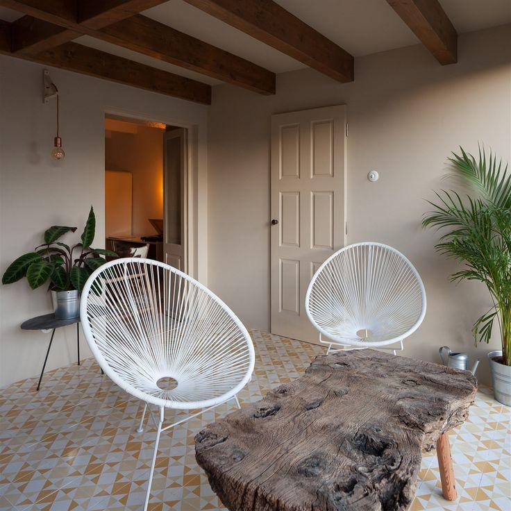 Hravými kousky jsou stoličky a stolky z přírodního dřeva nebo stolní lampy, kde nohu nahrazují staré trámy.