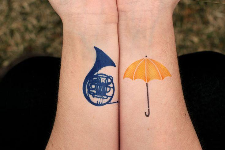 Só o guarda-chuva amarelo. Nas costas, perto do ombro, lado direito.                                                                                                                                                                                 Mais