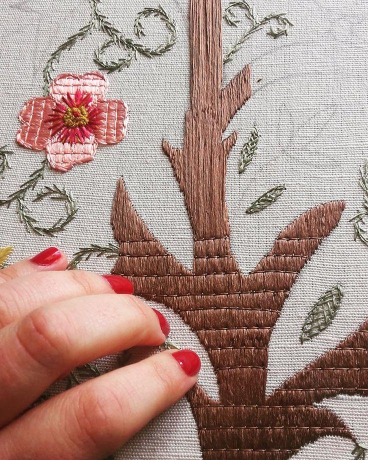 #handembroidery #embroidery #ricamomano #broderiemain #broderie #embroidery #needleart #needlepoint #needlework #madeinportugal #bordadoaseda #silkthreads #chainstitch #wip #bordadosdecastelobranco #textilart #handmade #bordado #bordadoàmão #stitchers #textilart #artesanato #prisões #flordamacieira