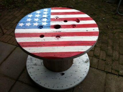 Tafel  oude haspel met Amerikaanse vlag. I.v.m. formaat alleen af te halen in Oostzaan.