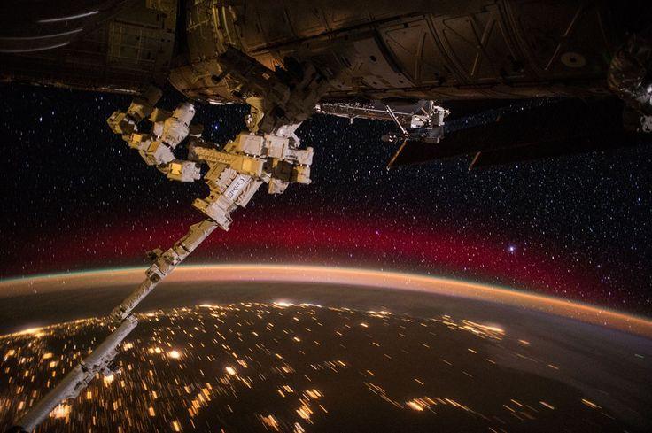 PHOTOGRAPH BY SCOTT KELLY, NASA 2015年6月22日にボツワナ上空から撮影した、隣国南アフリカの鮮やかな眺め。赤い光は、宇宙からの高エネルギー粒子が酸素原子と衝突してエネルギーを放出した