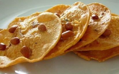 Sfogliatine di arachidi (rempeyek kacang) - Un tipico piatto della cucina indonesiana fatto con una pastella a base di latte di cocco e arachidi fresche, da sgranocchiare come stuzzichino o antipasto.