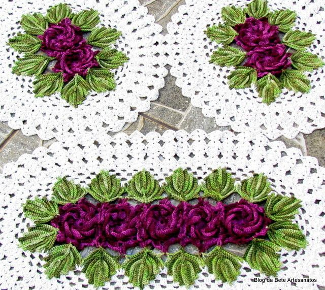 Jogo de Tapetes em Barbante e Linha Duna nas medidas:  1 tapete maior com 86 x 53 cm  2 tapetes menores com 50 x 53 cada