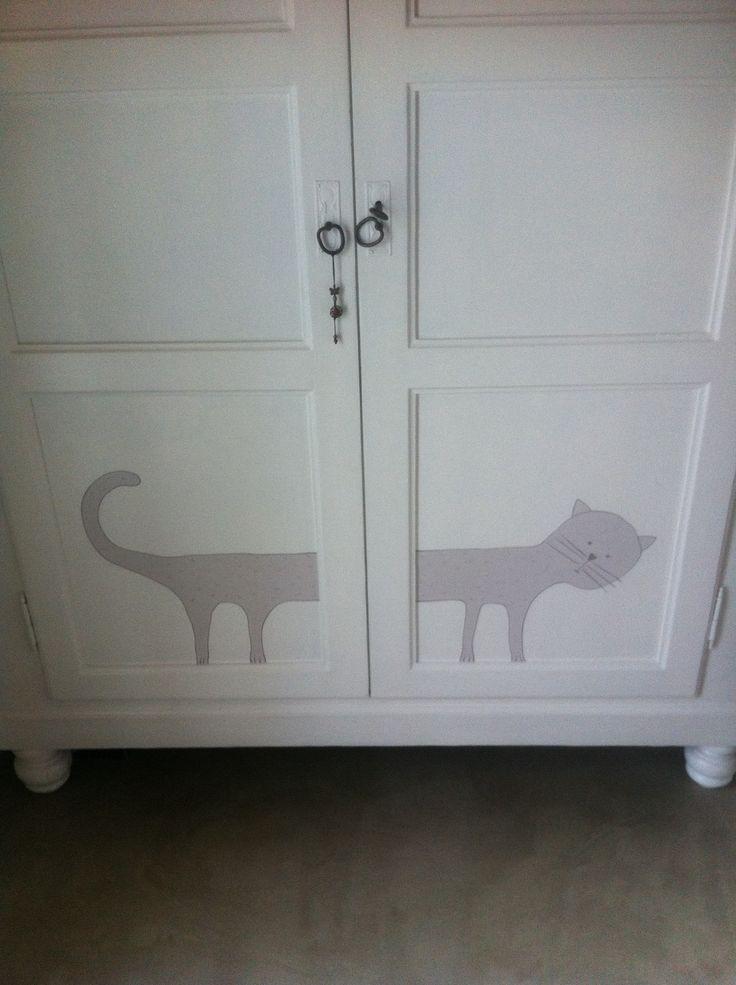 Gattino sull'armadio vecchio e ridipinto da Licia Viero