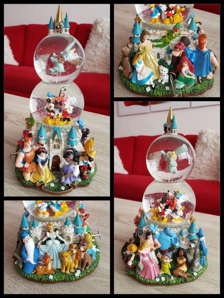 Een grote Disney Snowglobe met heel veel verschillende personages! Deze vind ik zelf erg leuk, omdat er van bijna elke film wel iemand op staat!  Als je het muziekje aandraait, begint Dumbo rond te