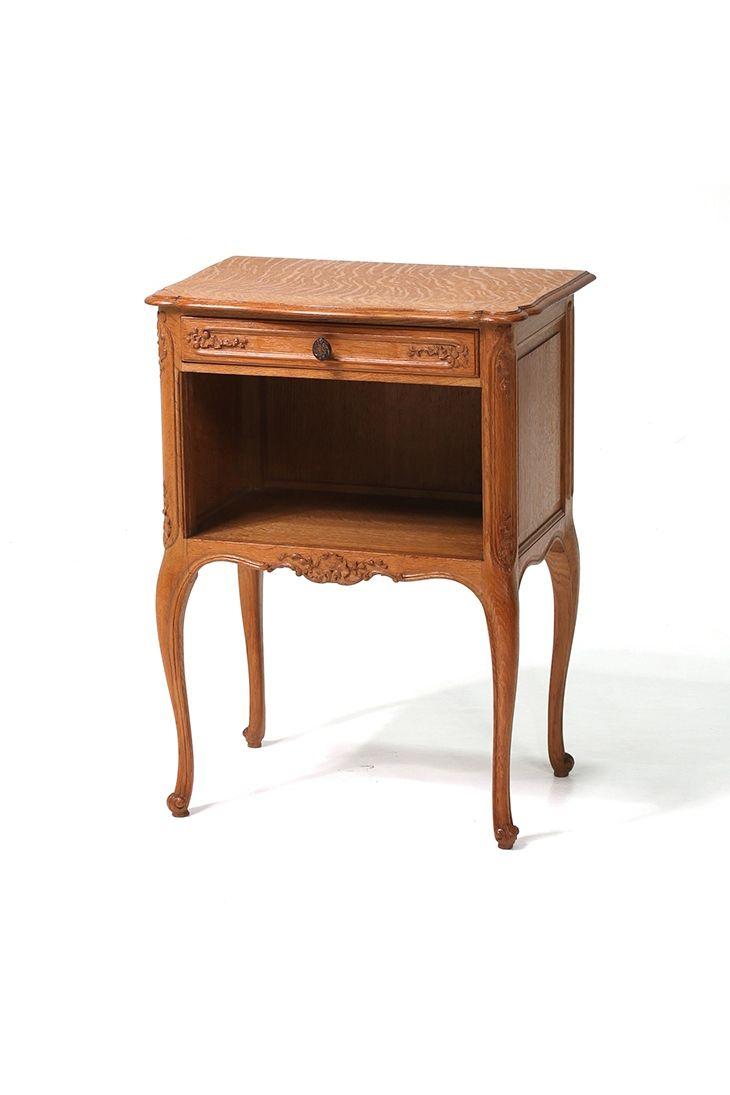 猫足と繊細な彫刻が素敵なフランスアンティーク家具のナイトテーブル  商品ID32419 商品名アンティーク フレンチナイトテーブル(ベッドサイドキャビネット) 輸入国フランス 年代1930 材質オーク材 サイズ横幅:496 奥行:327 高さ:665mm 重さ:6.5kg 業販価格¥36,500 (¥39,420 税込)  #ナイトテーブル #ベッドサイドキャビネット #サイドキャビネット #アンティーク #アンティーク家具 #antique #antiquefurniture #インテリア #イギリスアンティーク #フランスアンティーク #アンティーク雑貨 #furniture #interior  http://www.antique-flandre.com/products/detail9863.html