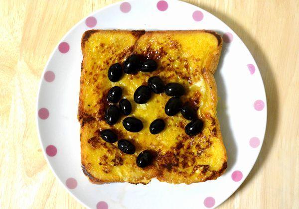 いつもの朝食をちょっぴり贅沢に……という気分のときは、ふんわり甘~いフレンチトーストが捗りますよね。普通に作っても美味しいけど、ある材料を加えるだけで更にイイ感じの一皿になってくれるレシピはご存知でしょうか? それが黒豆とその煮汁を使った「黒豆フレンチトースト」。セブン-イレブンの「ミニッツレシピ」でプッシュ