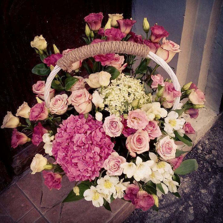 "1 aprecieri, 1 comentarii - Floraria Dorothy's (@florariadorothys) pe Instagram: ""A basket full of pink !! #flowerbasket #weddinggift #cluj #clujlife #clujnapoca #viataincluj…"""