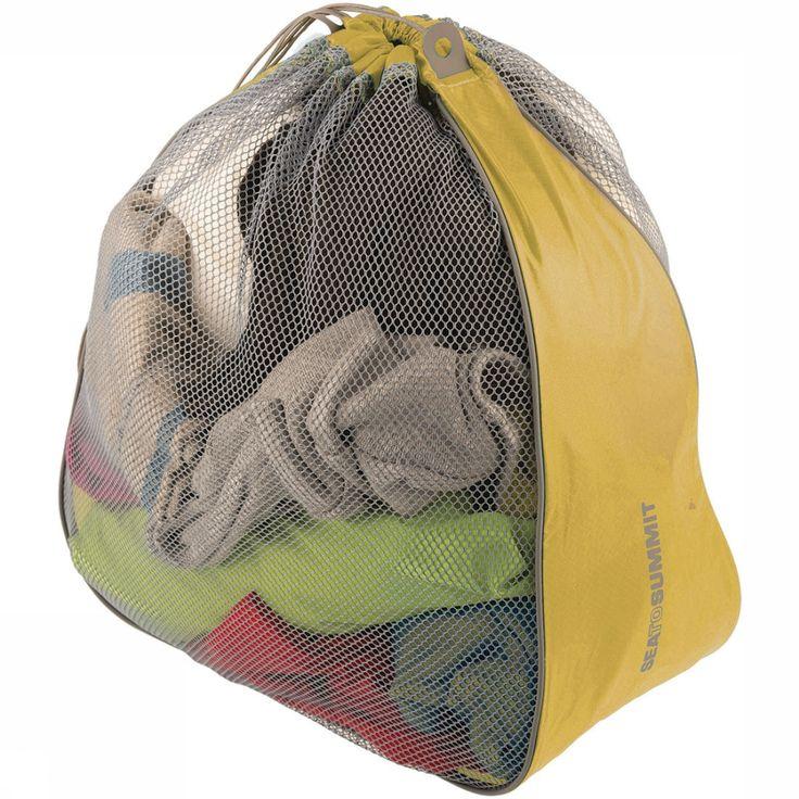 De grote waszak van Sea to Summit is ideaal voor op reis. Verzamel al je vuile was in deze ruime waszak met een inhoud van 17 liter. Danzij het mesh-materiaal voorkom je dat alle was muf gaat ruiken. De waszak is supercompact op te vouwen en dus makkelijk mee te nemen in je rugzak of koffer.