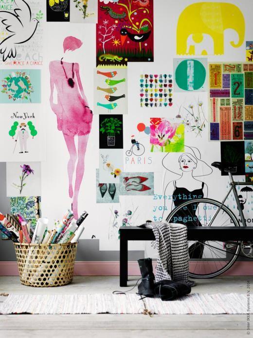Tapetlim och en massa affischer och bilder gör en fin fondvägg. HÖJDARE korg, BJURSTA bänk, TÅNUM matta, SILVÅKRA tavla, TRILLING bild.