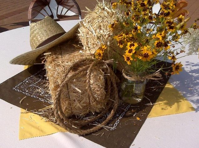 Cowboy centerpiece ideas with hat and hay bales | Decolover.net