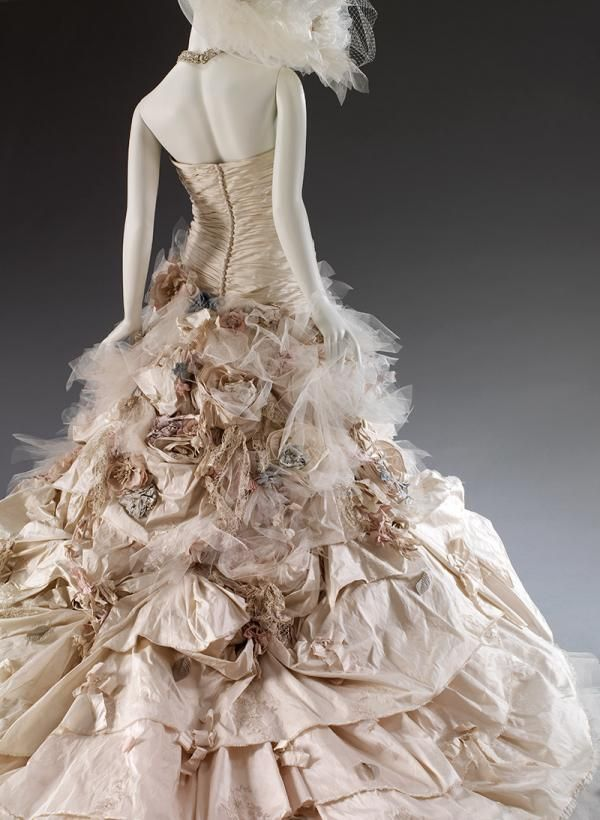'Flower Bomb', bridal gown, designed by Ian Stuart. © Victoria and Albert Museum, London/Ian Stuart Bride
