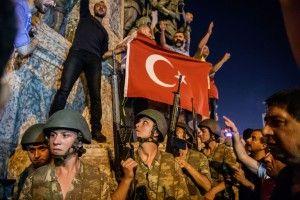 des-soldats-turcs-au-square-de-taksim-lors-d-une-manifestation-contre-le-coup-d-etat-a-istanbul-le-16-juillet-2016_5638563