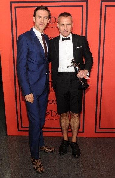 Thom Browne se llevó el galardón de Diseñador de Indumentaria Masculina del Año, que recibió de las manos del actor Dan Stevens.