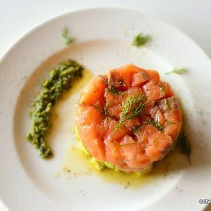 簡単サーモンとアボカドのタルタル+by+Yokoさん+|+レシピブログ+-+料理ブログのレシピ満載! サーモンとアボカドを小さく角切りにしたら、オリーブオイルと塩で和えてラップをしいた容器につめます。 10分冷蔵庫で冷やしてお皿にひっくり返せばできあがりです!