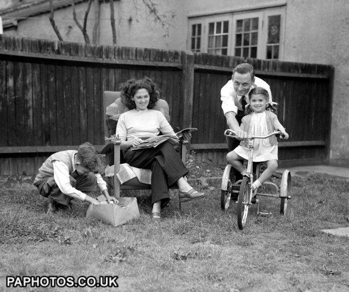 UK Family Life - Outdoors - London - 1947